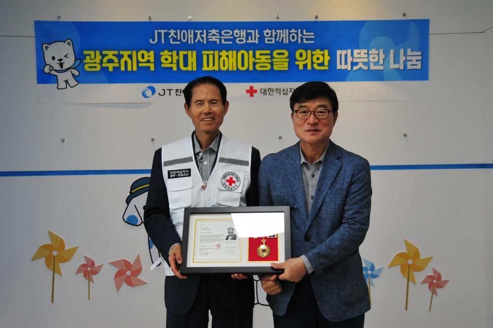 박윤호 JT친애저축은행 대표이사(오른쪽)와 박흥석 대한적십자사 광주전남지사 회장이 기부금 전달식을 마치고 기념촬영했다.