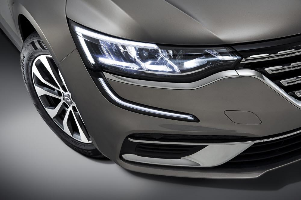 르노삼성차 더 뉴 SM6는 국산 대형 고급세단 및 수입 프리미엄 브랜드에 적용되는 LED 매트릭스 비전 헤드램프를 동급 최초로 장착했다.