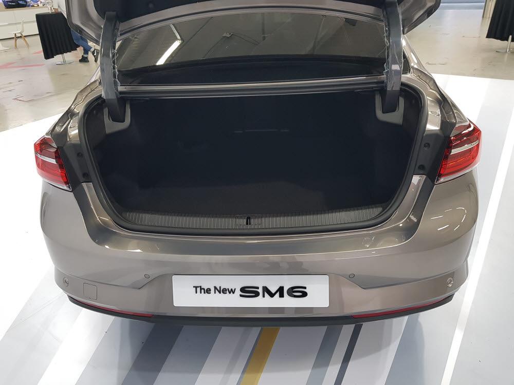 르노삼성차 더 뉴 SM6 는 경쟁사 중형세단 대비 넓은 트렁크 공간을 제공한다.