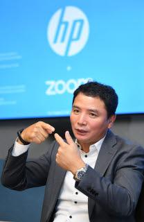 """김광석 HP프린팅코리아 대표가 성남시 분당구 판교 알파돔타워에 위치한 집무실에서 비전을 펼쳐보이고 있다. 그는 """"A3 복합기는 한국이 HP의 본사""""라면서 """"새로운 비즈니스 아이디어를 제시할 것""""이라고 말했다."""