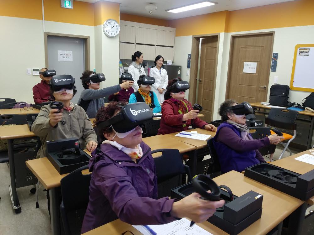 노인복지관에서 HMD로 인지장애 정도를 파악하고 이를 개선하는 훈련 장면.
