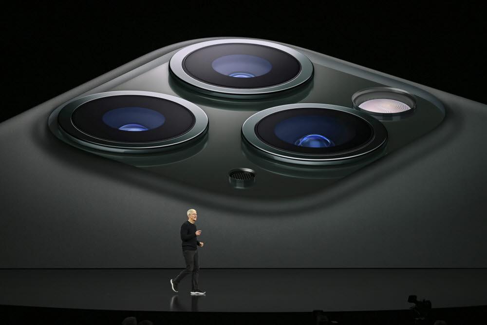 팀쿡 애플 CEO가 아이폰11 카메라를 소개하고 있다. <사진=애플>