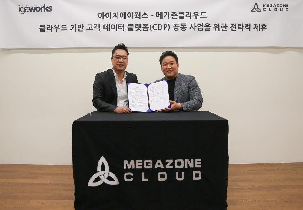 마국성 아이지에이웍스 대표(좌)와 조원우 메가존클라우드 공동대표가 클라우드 기반 고객 데이터 플랫폼 공동 사업을 위한 전략적 제휴를 맺은 뒤 기념 사진을 촬영하고 있다.
