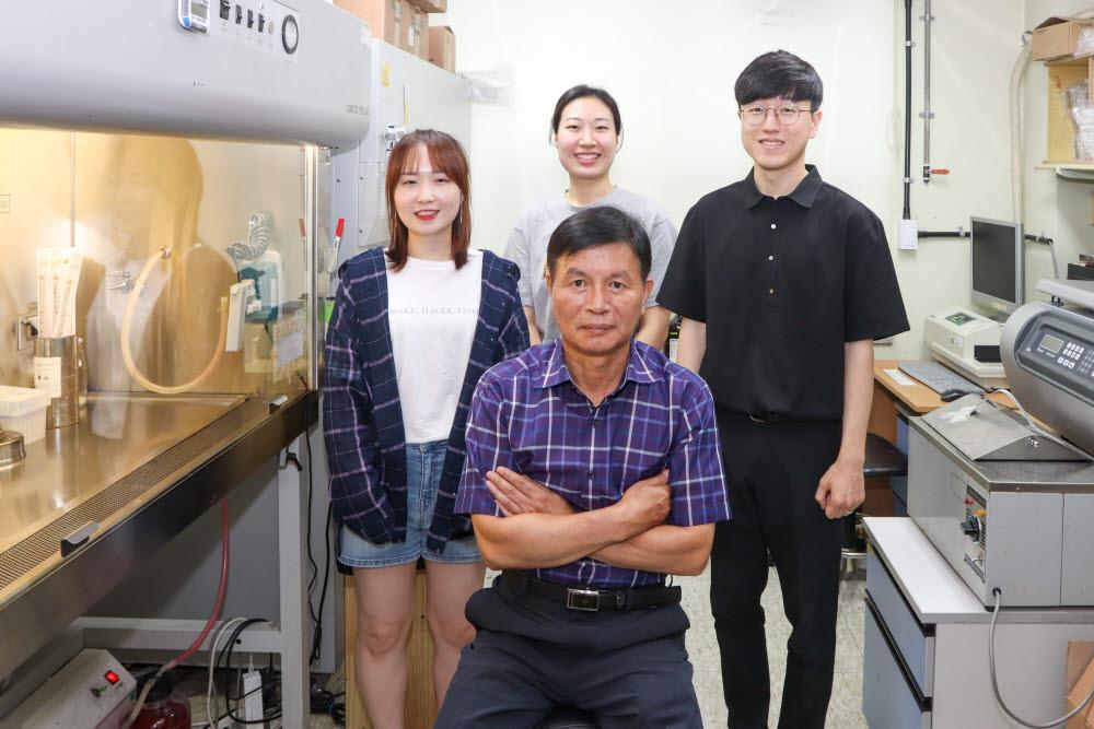 김재일 GIST 교수(가운데)와 대학원생들.
