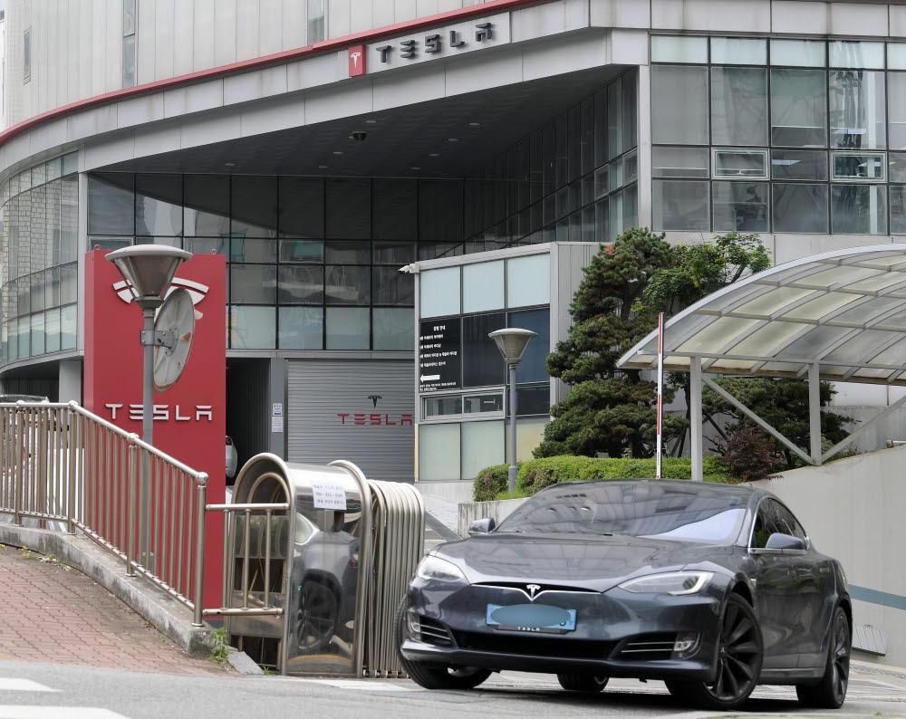 테슬라 강서 서비스센터에서 차량이 나오고 있다. (전자신문 DB)