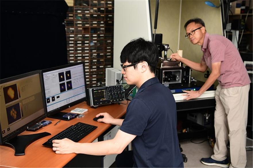 표준연 소재융합측정연구소 소속 장정훈 선임연구원(사진 왼쪽), 이은성 책임연구원(오른쪽)이 초분광 광유도력 현미경으로 실험을 진행하는 모습.
