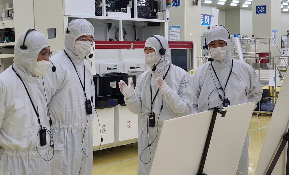 이재용 삼성전자 부회장(왼쪽 두번째)이 지난 6월 30일 세메스 천안사업장을 찾아 공장을 살펴보고 있는 모습