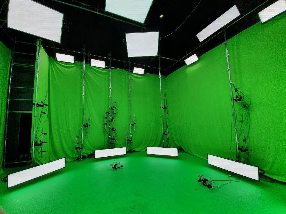 촬영은 사방이 초록색으로 둘러싸인 스튜디오에서 진행된다. 벽면에는 하나당 4~5개씩 카메라가 달린 쇠기둥 10여개가 일정 간격을 두고 세워져있다. 바닥에 설치한 카메라까지 총 60개 카메라가 객체를 360도 전방향에서 촬영한다.