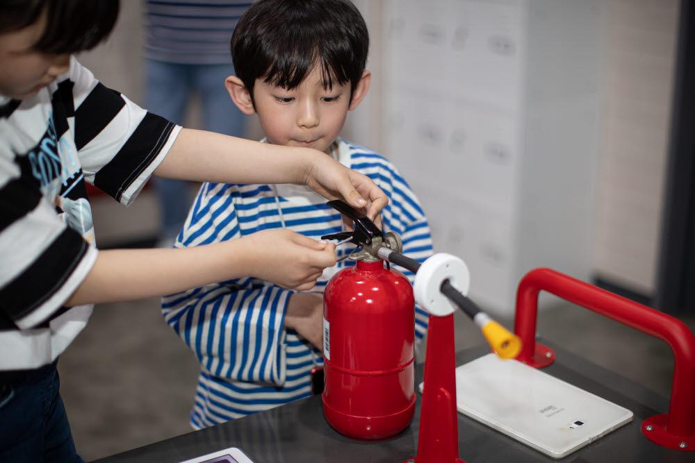 목동 재난체험관에서 화재 진압을 체험하는 어린이들. 사진=서울시