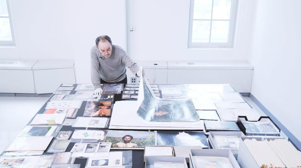 40여 년의 아카이브를 살펴보는 임동식 작가. 사진=서울시