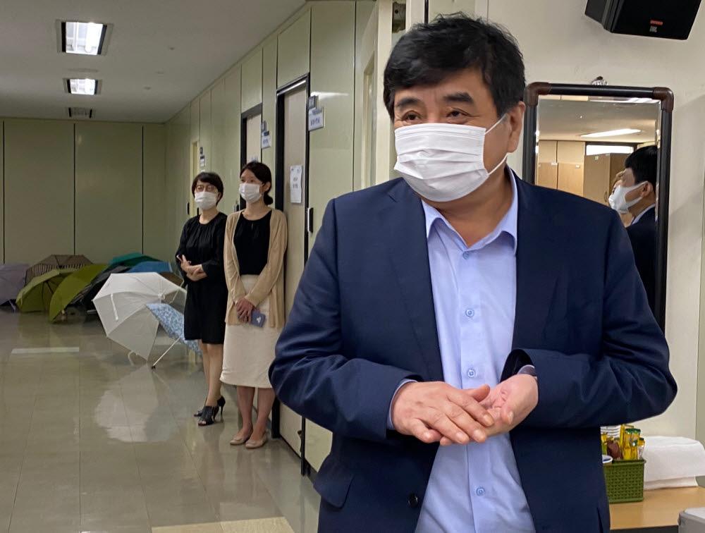 한상혁 방송통신위원장이 3일 방통위 기자실을 방문, 새 임기 소감을 밝혔다.