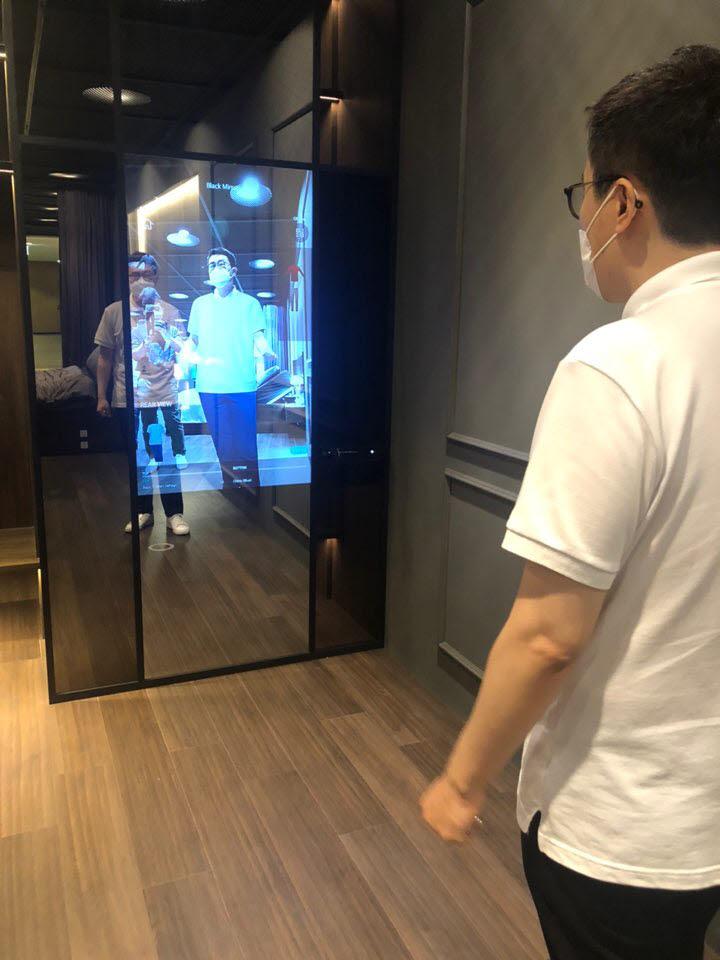 가상현실(VR) 솔루션을 탑재한 피팅미러