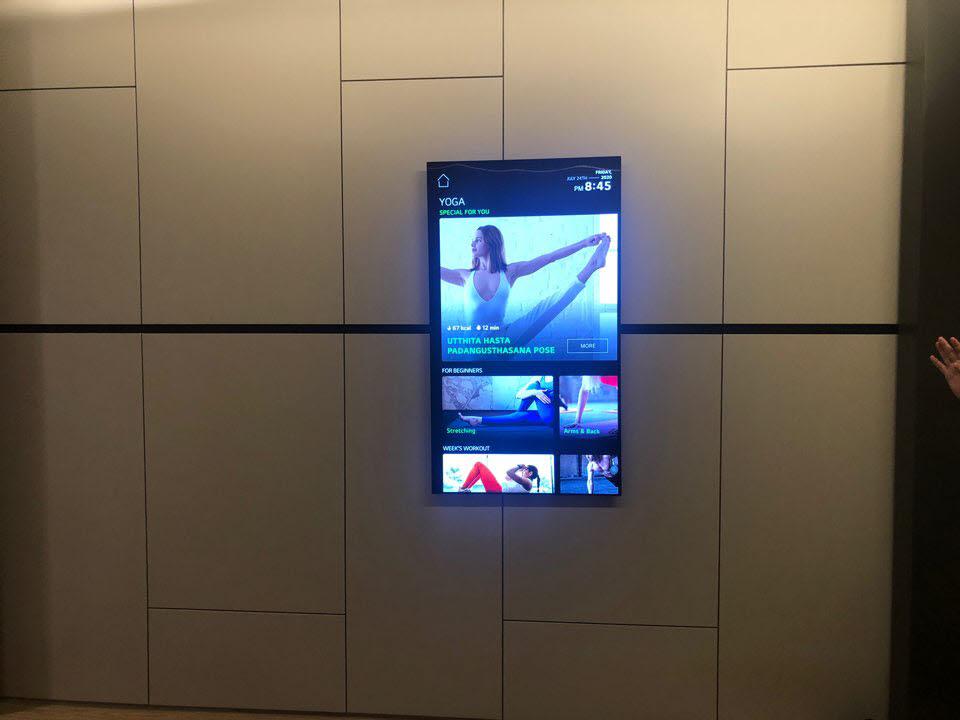 레일 이동 피벗 OLED TV