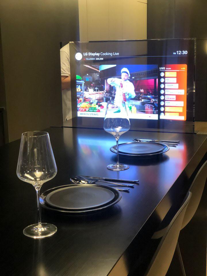 테이블에 적용된 투명 OLED 패널