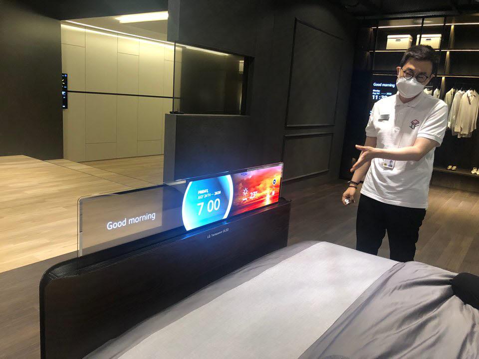 LG디스플레이 관계자가 침대에 적용된 투명 OLED 패널을 설명했다.