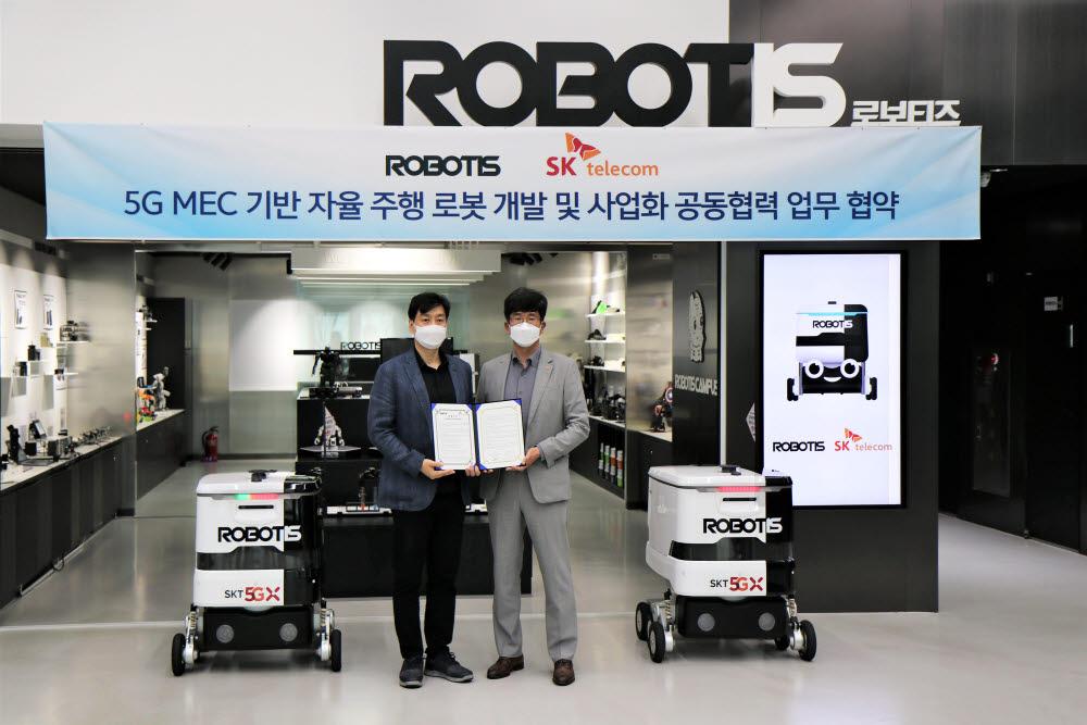 로보티즈와 SK텔레콤은 3일 서울 강서구 로보티즈 본사에서 5G MEC 기반 자율주행 로봇 개발 및 사업화 공동협력에 관한 업무협약을 체결했다. 김병수 로보티즈 대표(왼쪽)와 최판철 SK텔레콤 기업사업본부장(오른쪽)이 업무협약서를 들어보이고 있다.