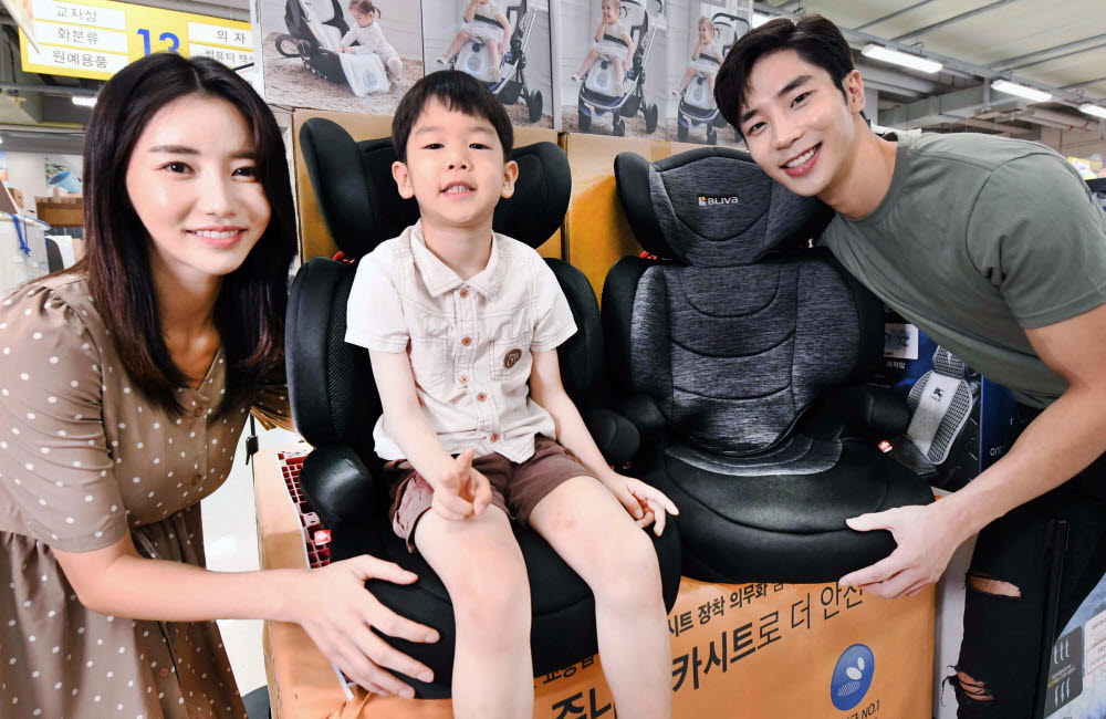모델들이 4일 서울 등촌동 홈플러스 강서점에서 어린이와 함께 다이치의 블리바 이노픽스 주니어 카시트를 선보이고 있다.