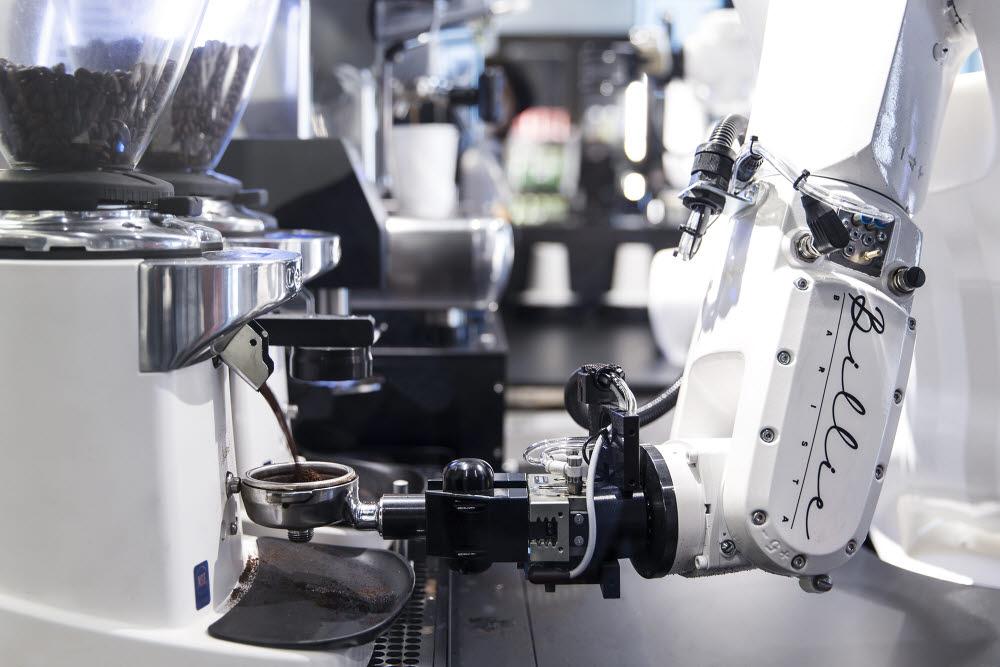 현대카드 바리스타 로봇 빌리가 에스프레소를 추출하기 위해 그라인더에서 원두를 갈고 있다. 김동욱기자 gphoto@etnews.com