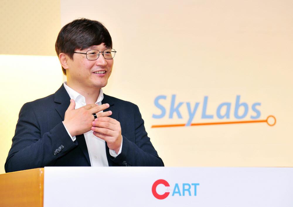 이병환 스카이랩스 대표가 반지형 심장 모니터링 의료기기 카트원을 소개하고 있다. (사진=스카이랩스)