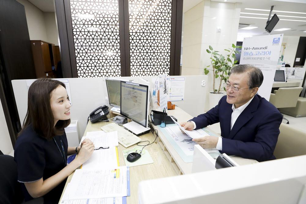소재·부품·장비 국산화 기업에 투자하는 필승코리아 펀드에 가입하고 있는 문재인 대통령 (사진=청와대)