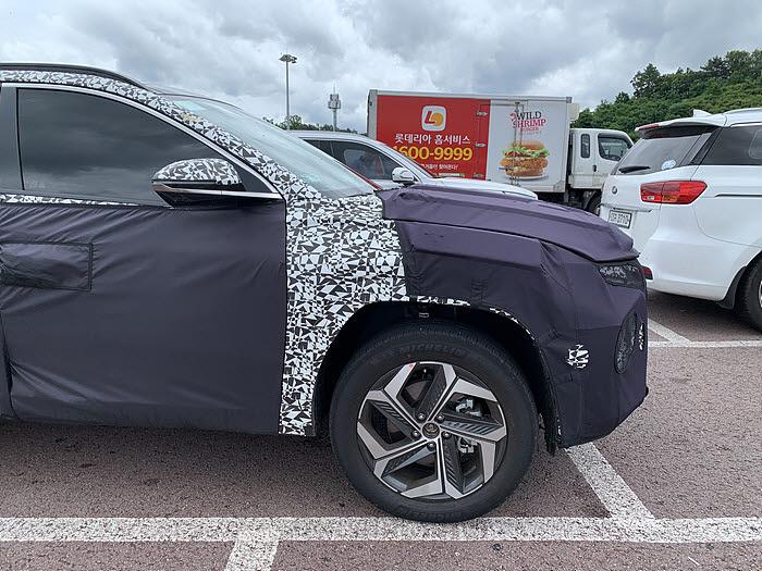 도로 주행 테스트 중 포착된 신형 투싼. (사진=독자 KSJ 제공)
