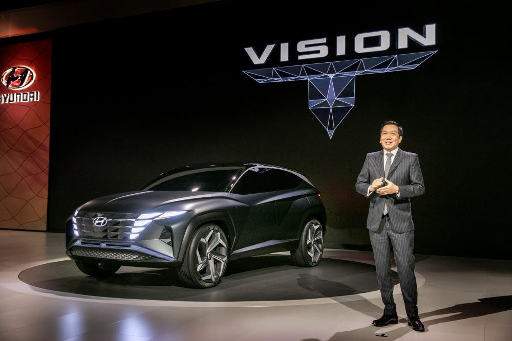 이상엽 현대디자인담당 전무가 지난해 LA 오토쇼에서 신형 투싼 디자인을 보여주는 비전 T 콘셉트카를 소개하고 있다.