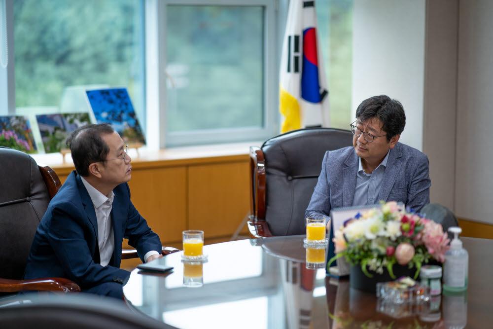 석제범 IITP 원장(왼쪽)과 정동수 전자신문 전국총괄 부국장.