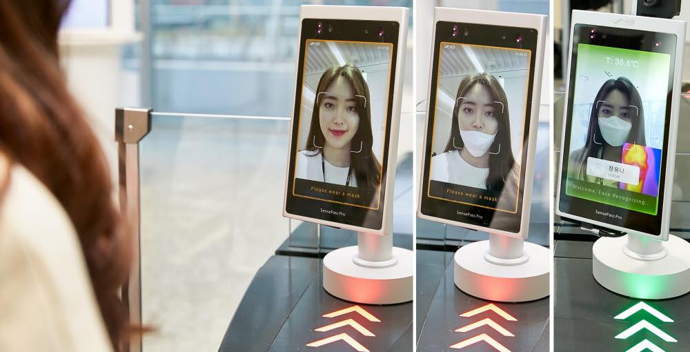 LG CNS 직원이 사옥 내 출입게이트 통과를 위해 AI에 얼굴을 인식시키는 모습. [사진= LG CNS 제공]