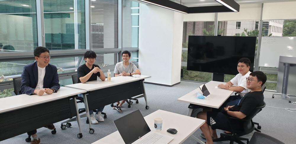 차상균 서울대 데이터사이언스 대학원장(맨왼쪽)과 학생들이 빅데이터, 인공지능에 대해 토론하고 있다.