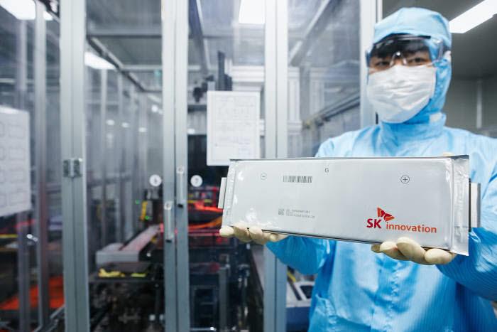 SK이노베이션 연구원이 전기차 배터리용 셀을 들고 있다.