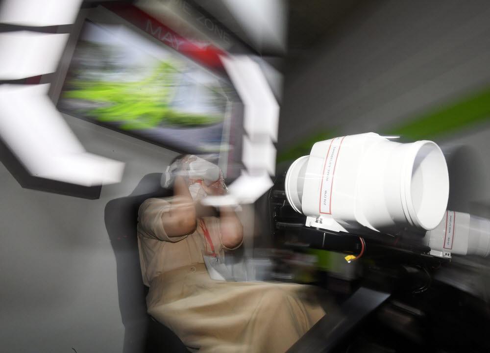 한 참관객이 셀코스의 4차원 VR어트랙션 체험을 하고 있다.