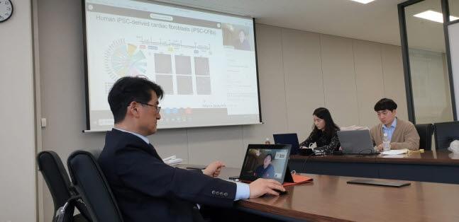 이상구 성균관대 자연대 학장이 지난 1학기 성균관대 수원캠퍼스 N센터에서 미국 스탠퍼드대 연구진과 온라인 세미나를 하고 있다.