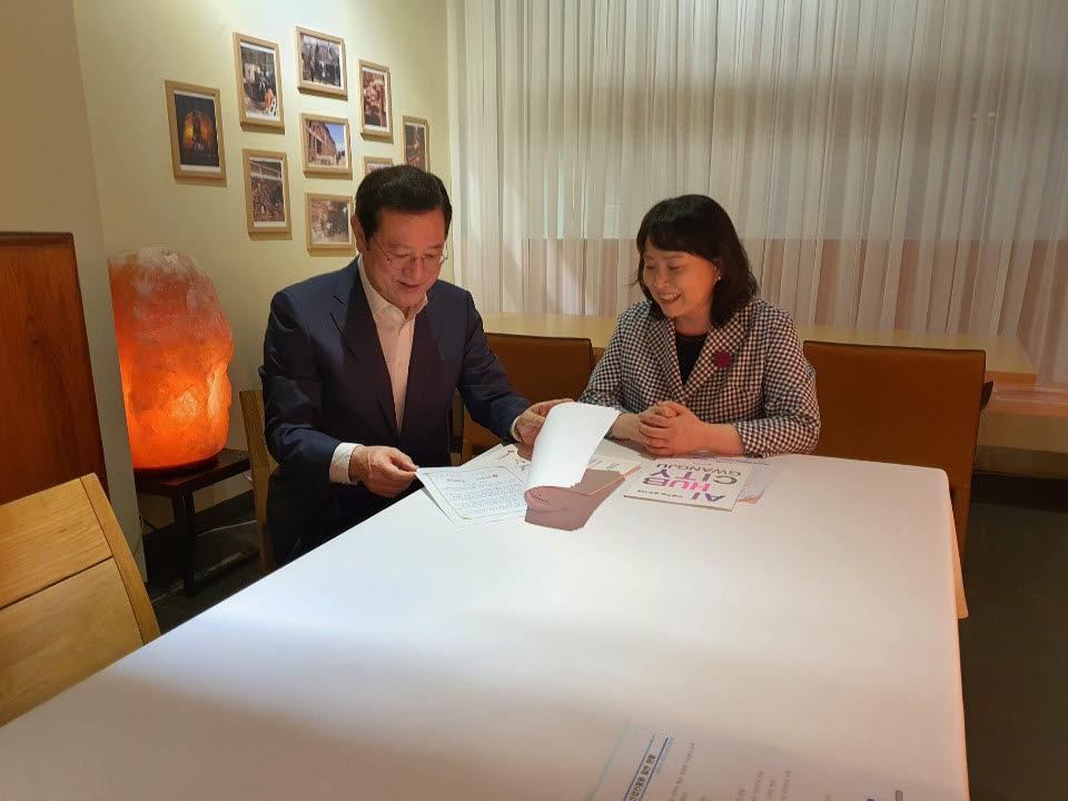 이용섭 광주시장(왼쪽)이 14일 서울 시내 한 음식점에서 한국데이터산업진흥원 민기영 원장을 만나 상호 협력방안 등을 논의하고 있다
