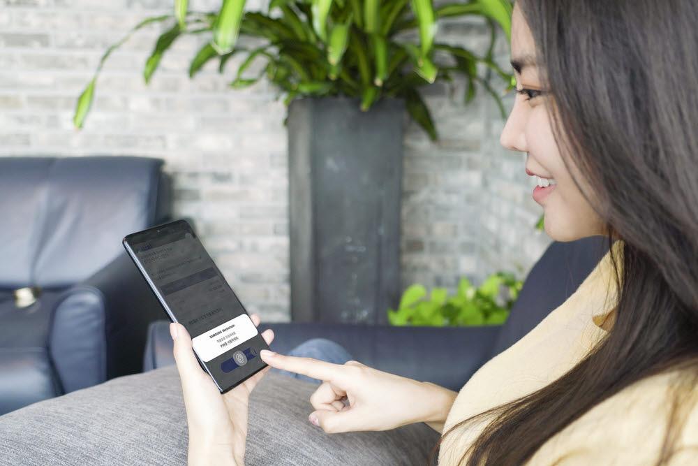 SK텔레콤과 삼성전자는 블록체인 기반 모바일 전자증명 서비스 이니셜과 삼성 블록체인 키스토어를 연동해 안전성을 강화했다.