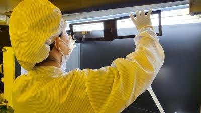 10도 비튼 차량용 커브드 글라스…유리성형 기술 최강 입증