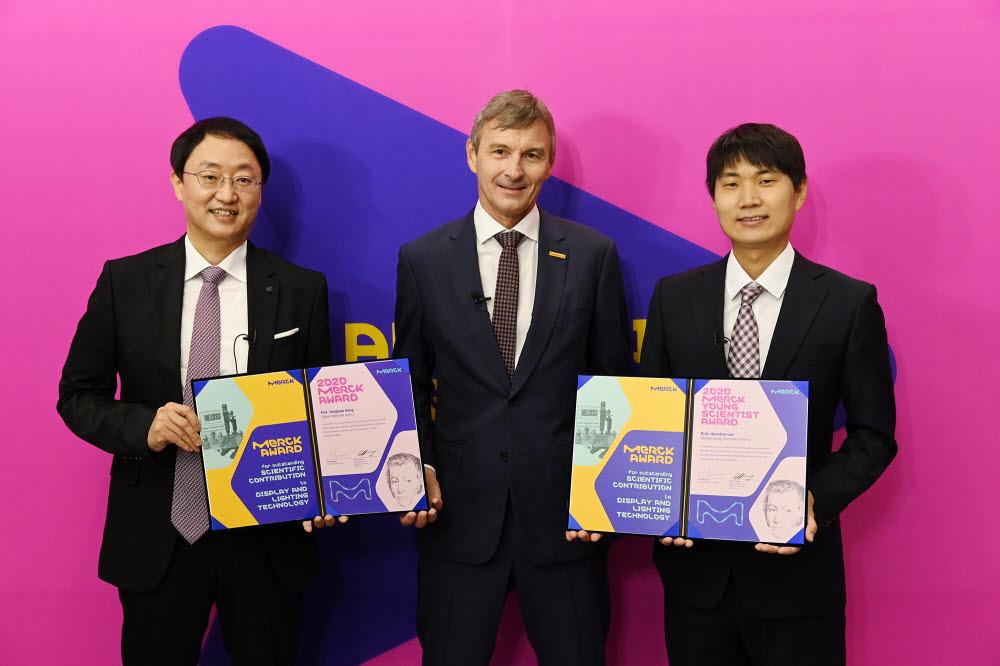 왼쪽부터 홍용택 서울대 교수, 글렌 영 한국 머크 대표, 이현구 숙명여대 교수