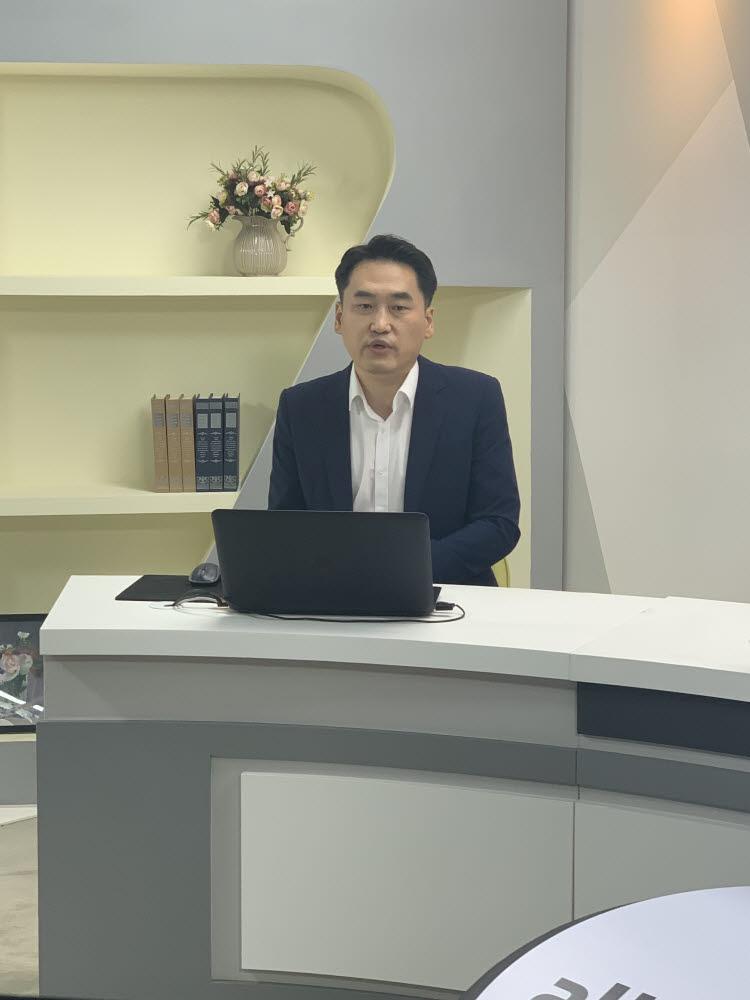 박재환 한국화웨이 클라우드&AI사업부 부장이 올쇼티비 웨비나에서 화웨이 올 플래시 스토리지 제품 및 사업 전략을 소개하고 있다.