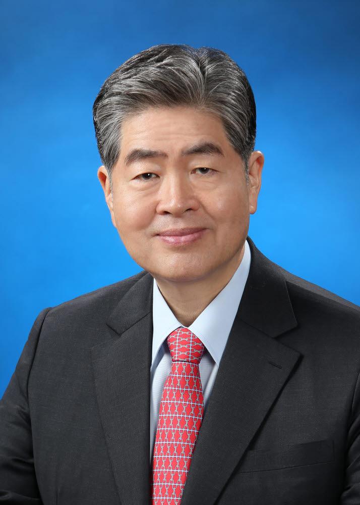2020년학위수여식에서 명예 과학기술학 박사학위를 받는 김영훈 대성그룹 회장.