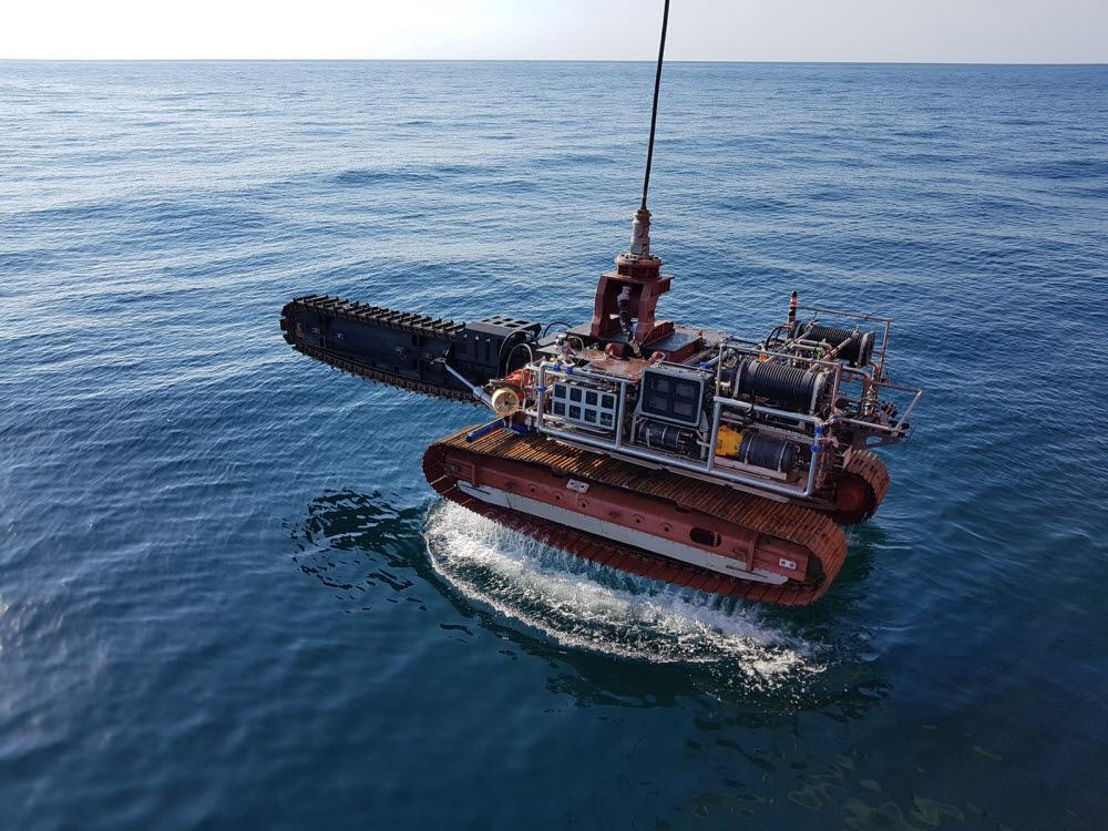 해저 지반 파쇄와 해저케이블을 매설할 수 있는 국산 무인수중건설로봇 URI-R.