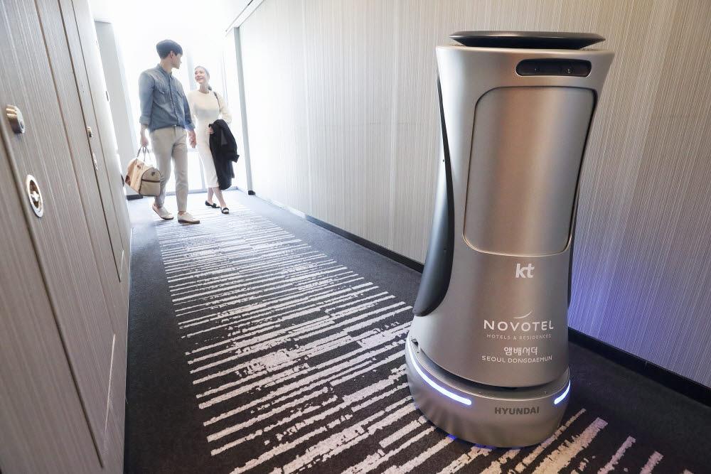 KT 2세대 기가지니 호텔로봇이 서울 노보텔 앰배서더 동대문 호텔에서 고객에게 서비스를 하고 있다.