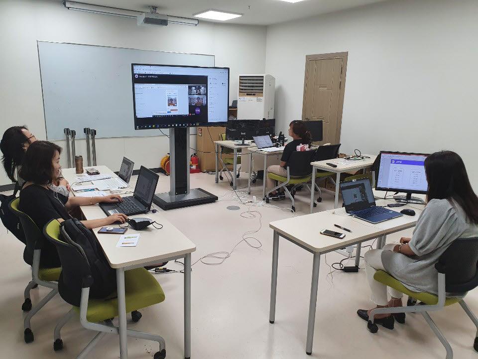 과천과학관에서 강사가 비대면 원격으로 인공지능 교육을 진행하고 있다.