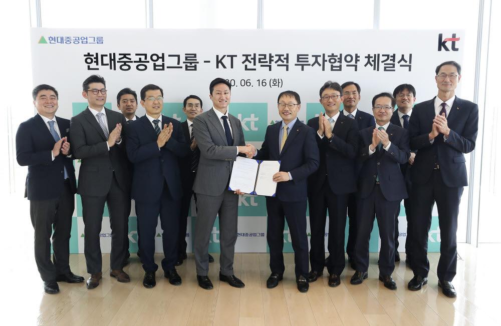 구현모 KT대표이사(앞줄 오른쪽)이 정기선 현대중공업지주 부사장과 전략적 투자 협약을 체결하고 악수하고 있다.