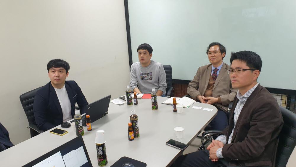 김유신 한국PCP대표(오른쪽 첫 번째), 한태욱 이노백 대표(오른쪽 두 번째)가 영상회의 시스템을 통해 인도네시아 현지 동물백신 기업과 자료 교환 및 기술이전 관련 협의를 하고 있다.