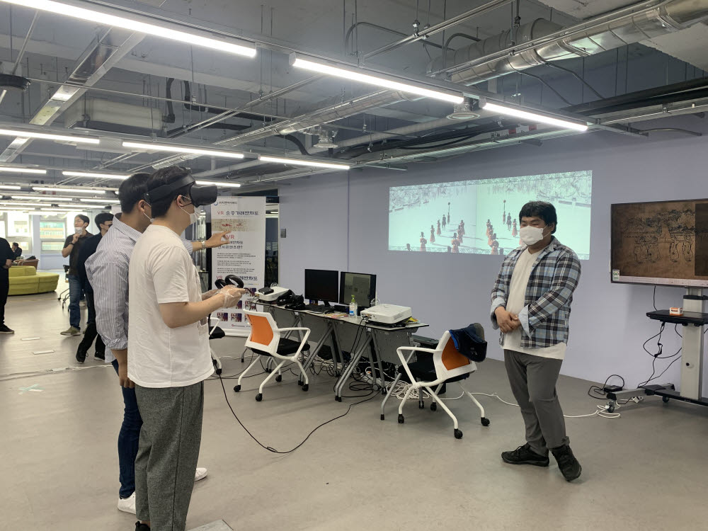 광주정보문화산업진흥원은 지역기업의 VR?AR 제작기술 역량을 강화하기 위해 콘텐츠 홍보와 비즈니스 기회를 적극 지원하고 있다. 지역기업의 실감콘텐츠를 체험하고 있는 모습.