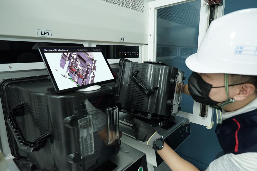 현장엔지니어가 태블릿PC를 통해 넥스플랜트 3D 엑설런스로 제작한 3D 디지털 매뉴얼을 보면서 작업하고 있다 .
