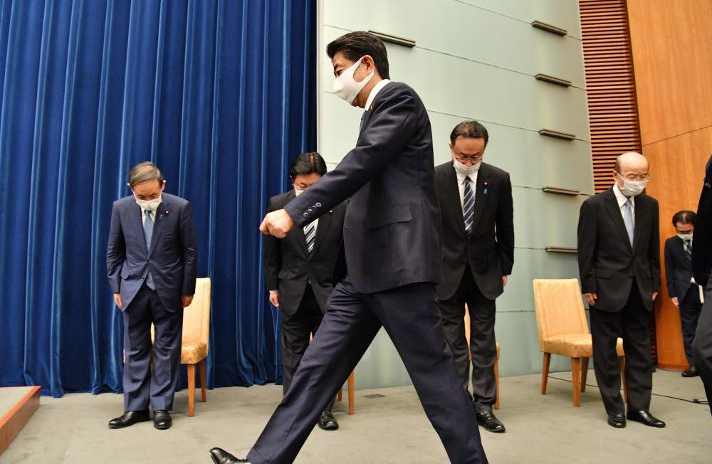 아베 신조 일본 총리가 28일 오후 총리관저에서 열린 기자회견장에 입장하고있다. 아베 총리는 사의를 공식 표명했다. 연합뉴스