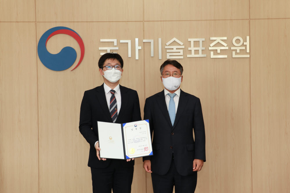 이경준 연구원(왼쪽)이 이승우 국가기술표준원장으로부터 YP 한국대표 임명장을 받았다.