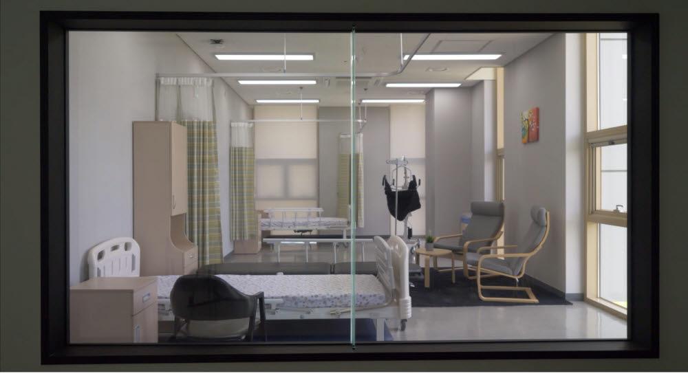 관찰실에서 바라본 요양원 리빙랩 내부 모습. 스마트 안전 리빙랩에는 실사용자의 반응을 거울 반대편에서 관찰할 수 있는 관찰실이 구축돼 있다.