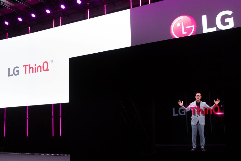 LG전자가 3일 독일 베를린에서 개최한 IFA 2020 프레스 콘퍼런스에서 박일평 CTO 사장이 홀로그램으로 등장해 발표하고 있다.