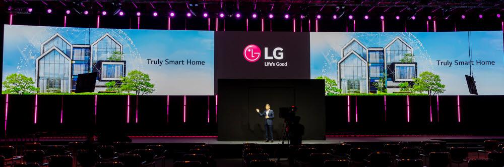 김경호 LG전자 BS사업본부 유럽사업담당 부사장이 LG 씽큐 홈을 소개하고 있다.